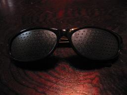 100円ショップ・ダイソーで購入した「ザ・メガネ 視力トレーニングメガネ(黒) スポーツタイプ」(パッケージなし)(メガネ正面側)