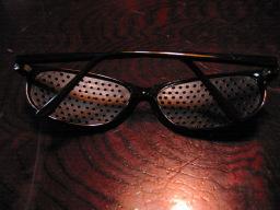 100円ショップ・ダイソーで購入した「ザ・メガネ 視力トレーニングメガネ(黒) スポーツタイプ」(パッケージなし)(メガネ裏側)