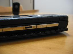 W-ZERO3 [es]の側面のUSBポートのカバー
