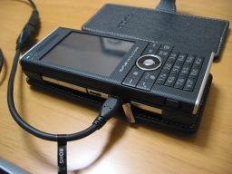 W-ZERO3 [es]の側面のUSBスロットに「USB mini A変換ケーブル for W-ZERO3 [es] シリーズ(WS007SH/WS011SH) (ノーブランド)」を挿した時の様子