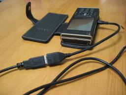 W-ZERO3 [es]の側面のUSBスロットに挿した「USB mini A変換ケーブル for W-ZERO3 [es] シリーズ(WS007SH/WS011SH) (ノーブランド)」とUSBキーボードのUSBケーブルを接続した時の様子