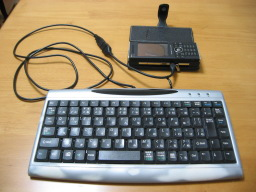 W-ZERO3 [es]の側面のUSBスロットにUSBキーボードを接続した時の様子