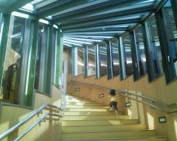 松前町総合福祉センターの1階から2階への階段を一人で登っていく3歳4ヶ月の娘