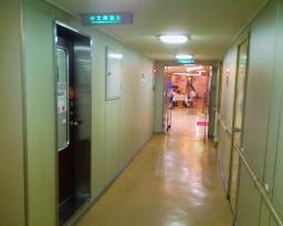 お風呂への通路とお風呂への扉 関西汽船の2等寝台で小倉から松山に船中泊で移動 - r_nobuホ