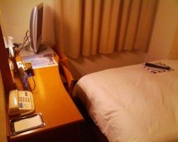 アパホテル横浜関内の室内(机付近)