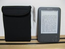 「No.13430マルチホルダーL(カラー)(輸入発売元:株式会社カリンピア/karinpia)」(写真左)とamazon Kindle(写真右)
