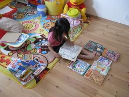 私が小さい頃(20〜30年前)に読んだ本を読む5歳の娘