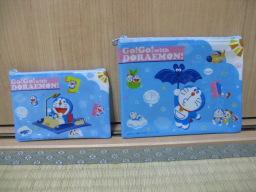 100円ショップ・シルクで購入したGo!Go!with DORAEMON!ミニメッシュバッグ(A6・B7セット)(パッケージなし)(ドラえもんの絵がある表側)